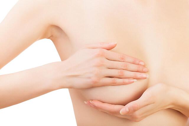 Thấy đau vùng ngực là một trong những dấu hiệu của tắc tia sữa