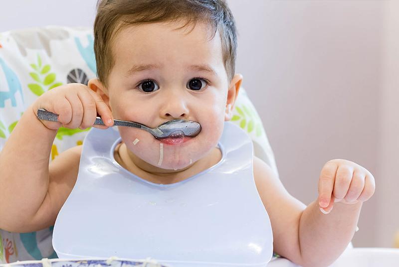 Mẹ đang cho bé ăn quá liều lượng ăn dặm