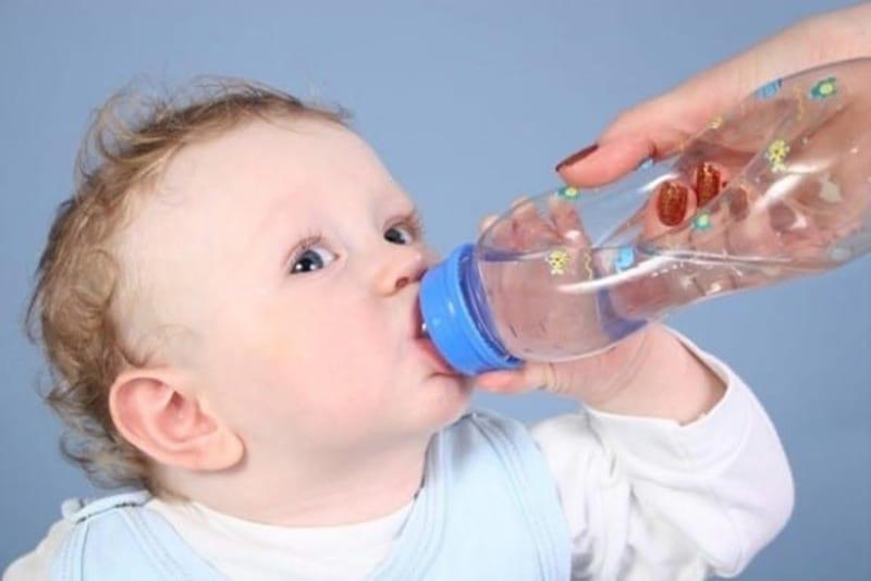 Cách giải khát cho trẻ sơ sinh trong mùa hè